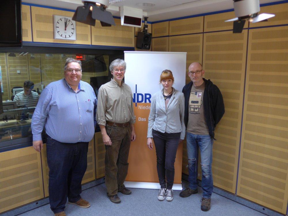 NDR1-Studio mit Moderator und Team der Bauteilbörse